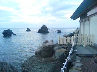 二見浦の夫婦岩と蛙
