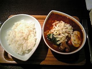 鴻(オオドリー)@神保町で赤チキンカレー辛さ4倍チーズミックス